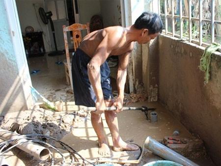 Hà Nội mất nước sạch kéo dài, người dân dùng nước giếng hôi tanh