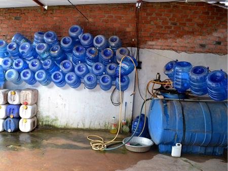 Nước tinh khiết đóng bình: Biết rồi không dám uống