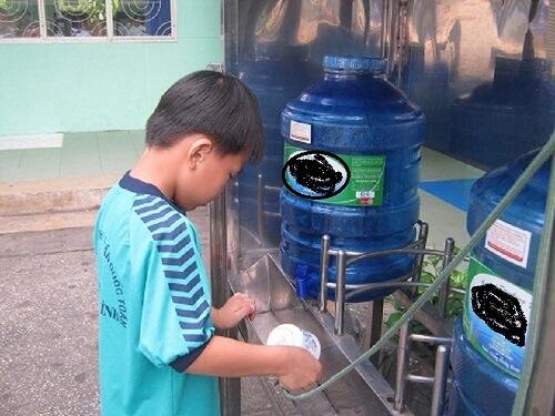 Nước đóng bình là 1 trong những giải pháp được các trường lựa chọn