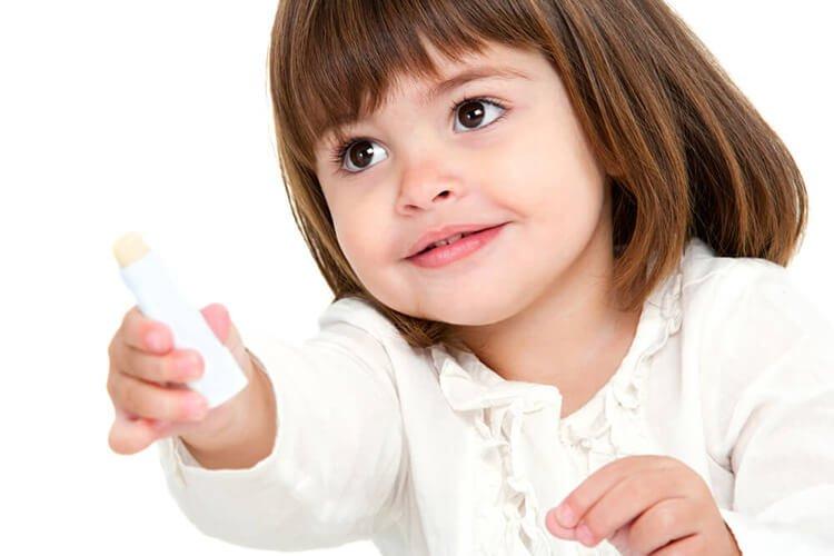 Phòng môi khô nẻ cho trẻ bằng son dưỡng