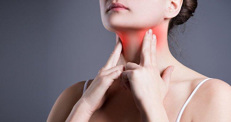 Uống nước chanh giảm đau họng