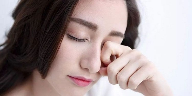 Đạu mắt hột cần tránh dụi mắt