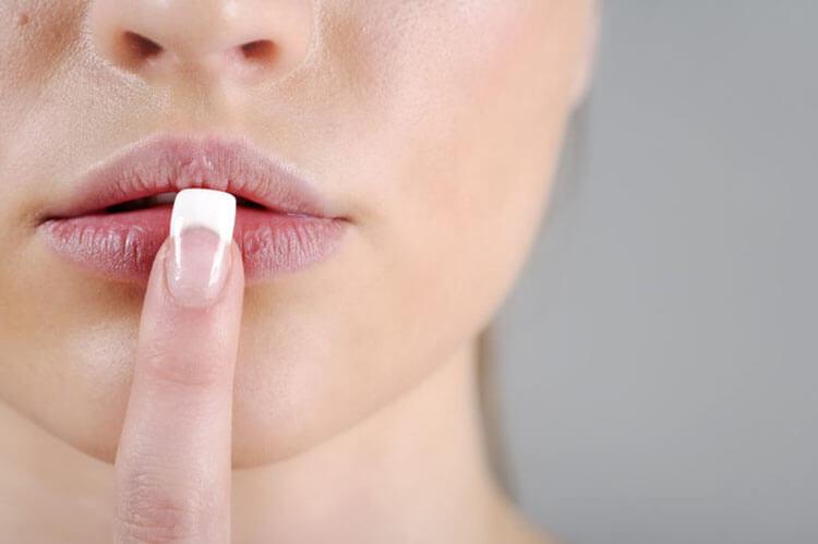 Son dưỡng có thể gây nẻ môi