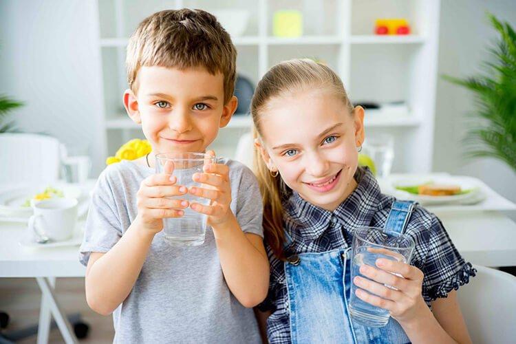 Trẻ em uống nước để giảm nguy cơ béo phì