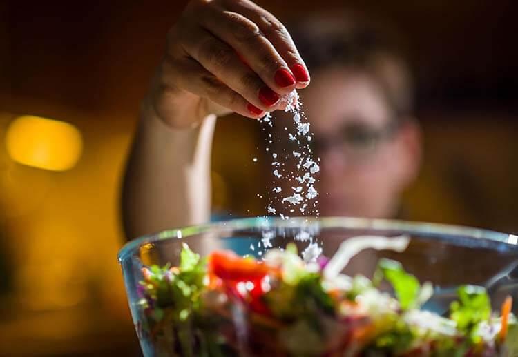 Ăn mặn mang lại nhiều nguy cơ cho sức khỏe