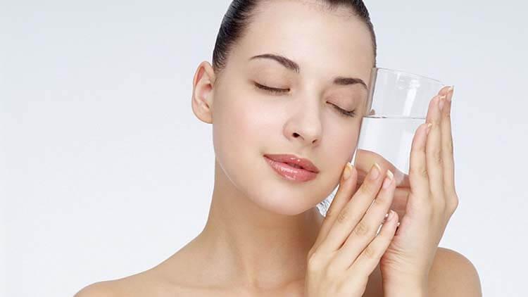 Da mặt khô có thể được khắc phục khi uống nước đầy đủ