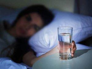 Uống nước trước khi ngủ có nhiều lợi ích và tác hại