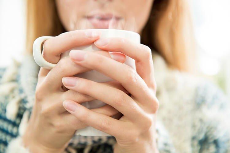 Trị ngạt mũi bằng cách uống nước ấm