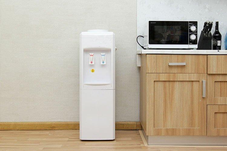 Máy lọc nước nóng lạnh tốn kém và tốn diện tích