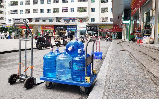 Người dân mua nước uống đóng bình